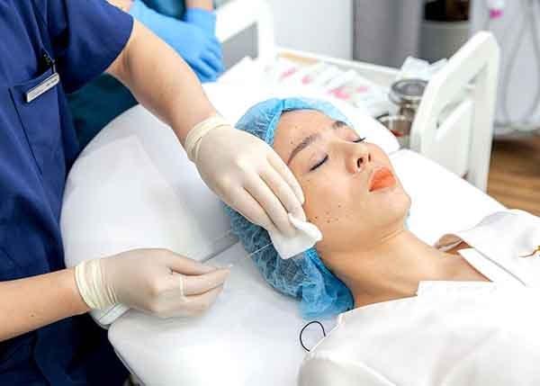 Ca sĩ Lệ Quyên thực hiện căng da mặt bằng chỉ Collagen Gold Fiber