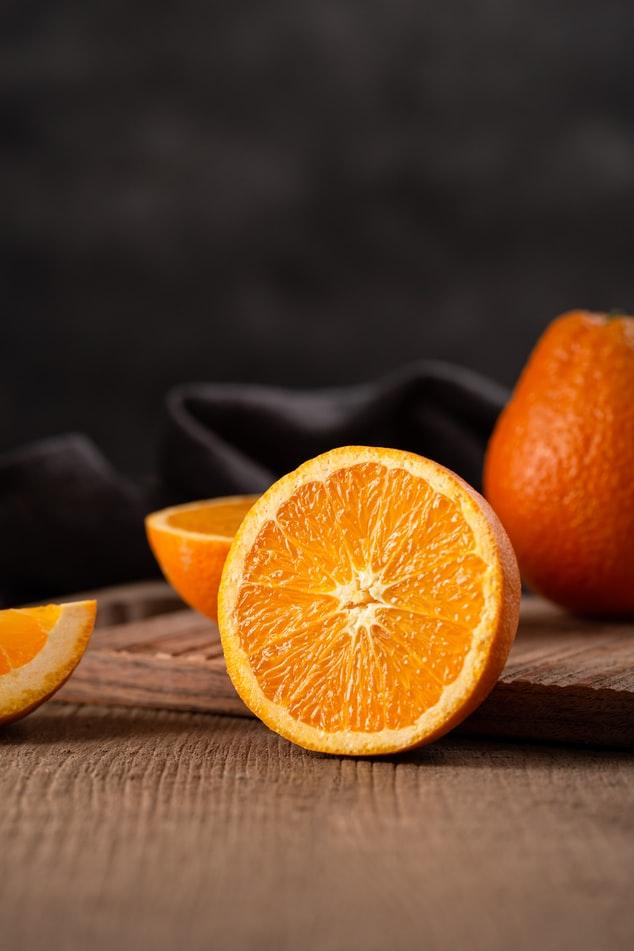 Một số nghiên cứu đã chỉ ra r ằng, enzyme bromelain có trong vỏ cam và chanh có khả năng tẩy trắng răng tại nhà một cách tự nhiên, giúp bề mặt răng sáng lên nhanh chóng.
