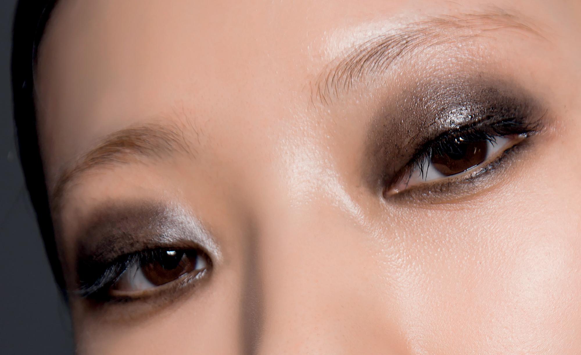 Xu hướng trang điểm màu mắt khói ấn tượng