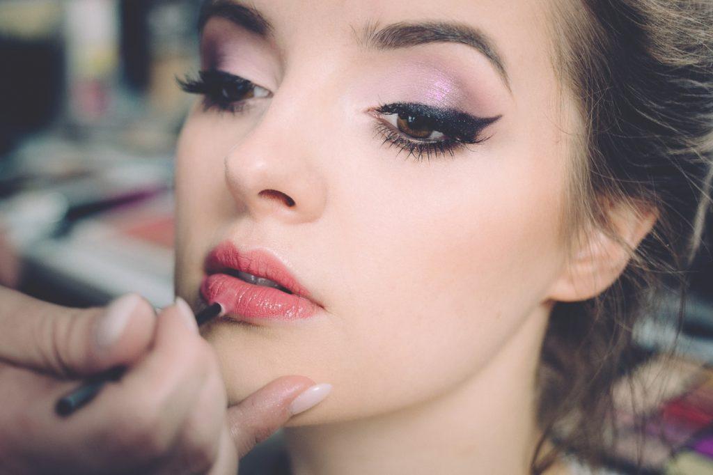 Một chút son môi màu hồng sẽ giúp bạn trông nhẹ nhàng và quyến rũ hơn