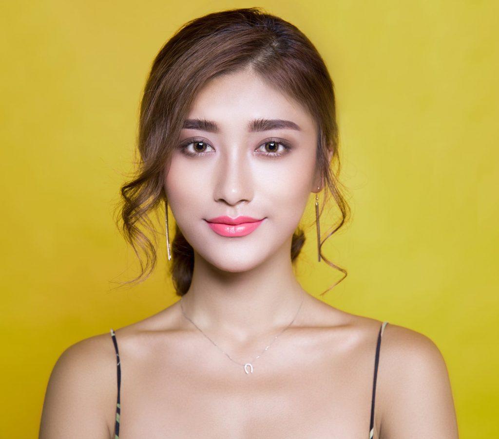 Sử dụng che khuyết điểm là một trong cách bước trang điểm quan trọng để khuôn mặt tươi sáng và rạng rỡ hơn